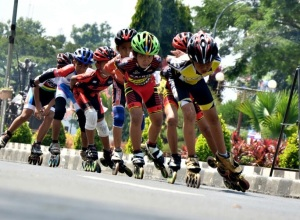 peserta antusias mengikuti lomba sepatu roda