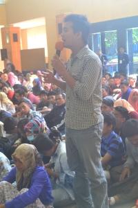 Salah seorang mahasiswa  tengah menyampaikan  aspirasinya dalam DDM