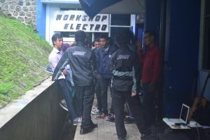 Terlihat anggota HIMAD3tektro berkunjung ke Workshop Electro Polinema di gedung AH lantai 1 Polinema