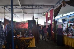 Suasana bazar acara Accounting Kartini Fair 2015 di depan Gedung AD Polinema.