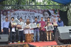 pemenang bazar juara 1, 2 dan 3 berfoto bersama dengan ketua pelaksana, ketua umum HMA dan Dosen dari jurusan Akuntansi.