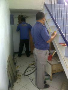 Selasa (31/03) Petugas sedang memperbaiki listrik yang padam di gedung Sekber Polinema.