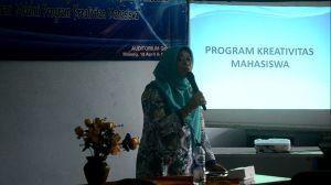 Dra. Anik Kusmintarti. MM memberikan materi tentang PKM