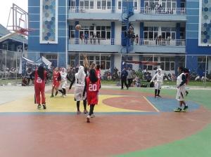 Pertandingan basket putri antara Jurusan Teknik Elektro melawan Jurusan Akutansi di lapangan basket Politeknik Negeri Malang.