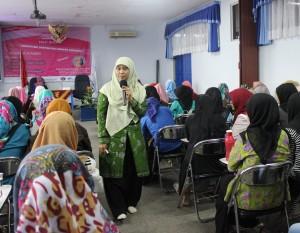Prof. Dr. Zuliati Rohmah, SP.d., MP.d memberikan materi dalam acara Kartini's Day
