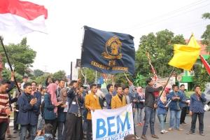 BEM se-Malang Raya melakukan aksi turun ke jalan menolak kebijakan pemerintahan Jokowi-JK