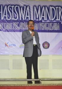Syamsyudin Machfoedz sedang menyampaikan materi tentang entrepreneur mandiri di Aula Pertamina.