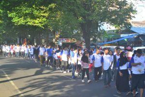 Para peserta jalan sehat sangat antusias mengikuti jalan sehat yang di adakan oleh Polinema.