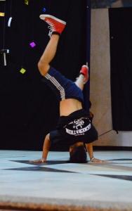 Aksi free style dance oleh peserta kategori 2 on 2 B - Boy Battle.