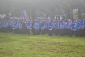 Suasana upacara peringatan hari pendidikan nasional di Politeknik Negeri Malang.