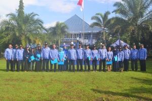 Foto bersama pimpinan Polinema dengan penerima anugrah  tenaga kependidikan, dosen, KPS, dan mahasiswa berprestasi.