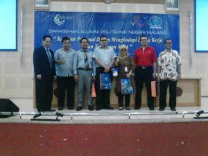 Foto Bersama Direktur dengan alumni Polinema.