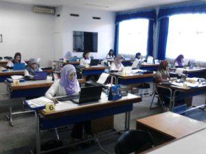 Peserta BAO (Business Administration Plympic) sedang mengerjakan materi yang diberikan oleh panitia.