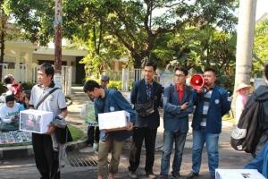 anggota BEM dan OKI Polinema mengumpulkan dana dari pengunjung Car Free Day.