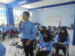 Pada sesi tanya jawab, Syamsul Bahri salah satu peserta workshop penelitian sedang mengajukan pertanyaan kepada pemateri.
