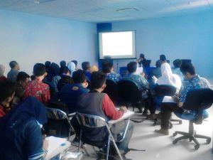Prof. Satoru Oishi tengah memberikan materi dalam Kuliah Tamu Teknik Sipil di Ruang Multimedia