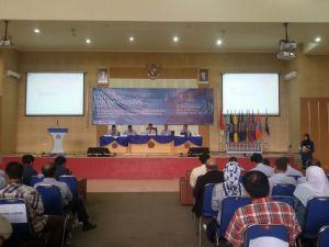 Pimpinan Polinema sedang menjawab pertanyaan yang diajukan oleh mahasiswa.