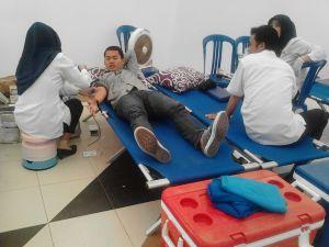 Salah satu mahasiswa Polinema sedang mendonorkan darahnya.