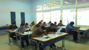 Suasana ketika peserta mengerjakan soal tes kemampuan akademik Program Studi GMF di gedung Teknik Sipil.