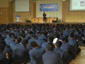 Bapak Supriatna Adhisuwignjo, ST., MT sedang menyampaikan materi tentang Pengenalan Jurusan di gedung Aula Pertamina.