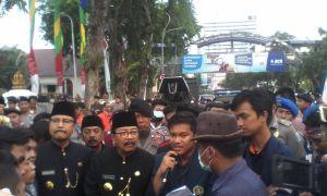 Bapak H. Soekarwo ikut melakukan aksi orasi kepemimpinan Jokowi selama 1 tahun sekaligus Penggalangan dana korban kabut asap