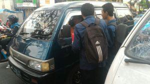 Mahasiswa sedang melakukan penggalangan dana di Perempatan Pizza Hut Soekarno-Hatta