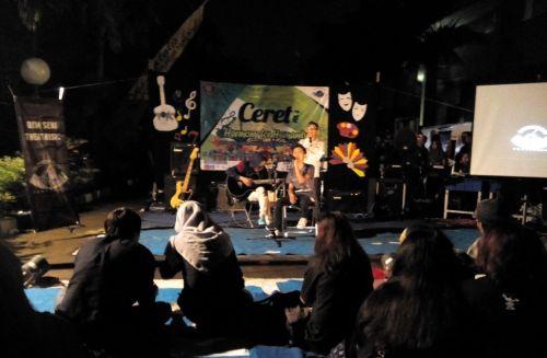 Penampilan band Tanda Tanya asal Malang dengan lagu berjudul Di Ujung Jalan dalam acara Concert Empathy Theatrisic (CERET) Vol.5 di depan Graha Polinema, Kamis (24/03).