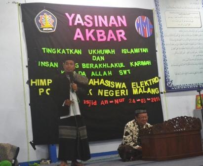 Ust. M. Arifin saat memberikan ceramah tentang bagaimana cara menjadi manusia yang mulia dalam kegiatan Yasinan Akbar di Masjid An - Nur Polinema.