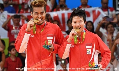 tantowi-lilyana-medali-@badmintonupdate-594x355